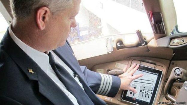 American Airlines pilotları Boeing'e bağlı alt şirketlerden olan Jeppesen tarafından hazırlanan FliteDeck adlı bir uygulama kullanıyor. United Airlines, American Airlines gibi pilotların 'uçuş çantalarını' iPad ile elektronik sisteme taşıyan şirketlerden. Delta Havayolları ise Microsof'un tabletlerine geçiş yapmıştı. British Airways ve Rynair ise bu dönüşüm sürecini başlatmış şirketler arasında.