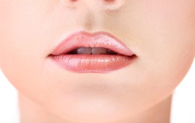 2. Dudak köşelerinde çatlaklar Düşük demir düzeyi nedeniyle kas sağlığını destekleyen kırmızı kan hücrelerindeki myoglobulin proteininde azalmaya bağlı olarak dil canlı rengini yitiriyor. Bunun yanı sıra pürüzsüz hale geliyor, şişiyor, ağrıyor ve acıyor. Dudak köşelerinde de çatlaklar oluşuyor ve yemek borusunda gelişen epitel dökülmesine bağlı olarak yutma güçlüğü gelişebiliyor.