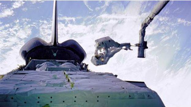 Daha önceki Challenger felaketinin ardından Hubble'da da arızaların ortaya çıkması büyük eleştirilere, hatta esprilere konu oldu. Uzayda yürümek NASA uzayda bakım ve tamir yapmak üzere Musgrave'i görevlendirdi. Birlikte çalışacağı ekibi Houston'da dev bir su tankında uzayda yürüme denemelerine başlarken Musgrave de giderilecek bütün arızaları tek tek tespit etti. Bu çalışma en zorlu uzay uçuşlarından birini gerçekleştirmeyi gerektirecekti. 2 Aralık 1993'te uzaya fırlatılan Endevour Uzay Mekiği'ndeki astronotlar mekiği Hubble'a yaklaştırarak robot kolu aracılığıyla teleskoba tutunmasını sağladılar.