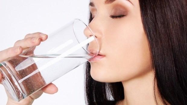 1. Uyanır uyanmaz güne 1 bardak su içerek başlayın.