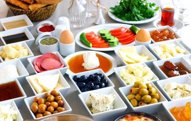2. Uyandıktan sonra kahvaltınızı ilk yarım saat içerisinde yapmaya özen gösterin. Bu şekilde metabolizmanız hızlanacaktır.