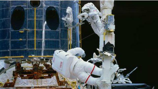 """Musgrave başka bir astronotla birlikte uzay elbiselerini giyip mekiğin dışına çıkarak Dünya'dan 600 km uzakta, 8 saat süren bir çalışmayla gereken tamir ve bakım işlemlerini gerçekleştirdi. Musgrave mekik dışındaki bu çalışmayı zor bulmadığını, her şeyin planlandığı gibi gittiğini, fazla bir sürprizle karşılaşmadıklarını söylüyor. """"Bakım çalışmasının önemli kısmı, ayrıntıların doğru bir şekilde görülüp uygulanmasıydı, bud a yerde yapılmıştı zate; iyi bir planınız varsa geriye onu uygulamak kalıyor,"""" diyor Musgrave. 'İnsanlığa ışık tutmak'"""