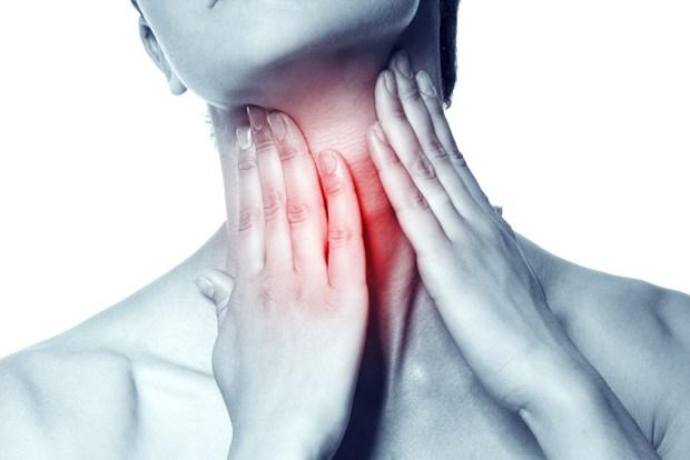 6. Yavaşlayan tiroit fonksiyonları Demir eksikliği tiroit fonksiyonlarını da yavaşlatıyor ve tiroidin metabolik etkilerini bloke ediyor. Hipotirodisi olan her 10 kişiden 6'sı, tiroitlerinde sorun olduğunun farkında olmuyor. Enerji düşüklüğü, kilo artışı, çok üşüme gibi yakınmalarınız varsa zaman kaybetmeden bir hekime başvurmayı ihmal etmeyin.
