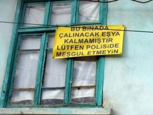 """. Evine 4'üncü kez hırsız girince… Konya'da evine 4 kez hırsız giren kişi, ikinci kat penceresine, """"Bu binada çalınacak eşya kalmamıştır. Lütfen polisi de meşgul etmeyin"""" yazılı pankart astı. Merkez Meram ilçesinde yaşayan Mehmet Peker, evine farklı tarihlerle 4 kez hırsız girdiğini söyledi."""