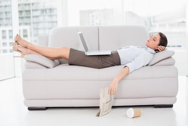 9. Halsizlik ve yorgunluk Hemoglobin düzeyinin düşmesi sonucu özellikle alyuvarların oksijen taşıma kapasitesinde azalmaya bağlı olarak; halsizlik, yorgunluk, nefes darlığı, baş ağrısı, göğüs ağrısı gibi yakınmalar ortaya çıkabiliyor. Kişiler her zaman yaptıkları işleri yapmakta bile zorlanabiliyor.