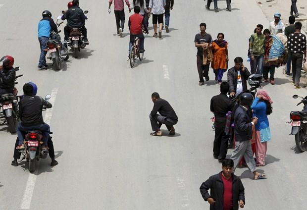 Nepal İçişleri Bakanlığı, Katmandu vadisinde depremde yıkılan binaların enkazından ceset çıkarmaya devam ettiklerini, ölü sayısının arttığını belirtti.
