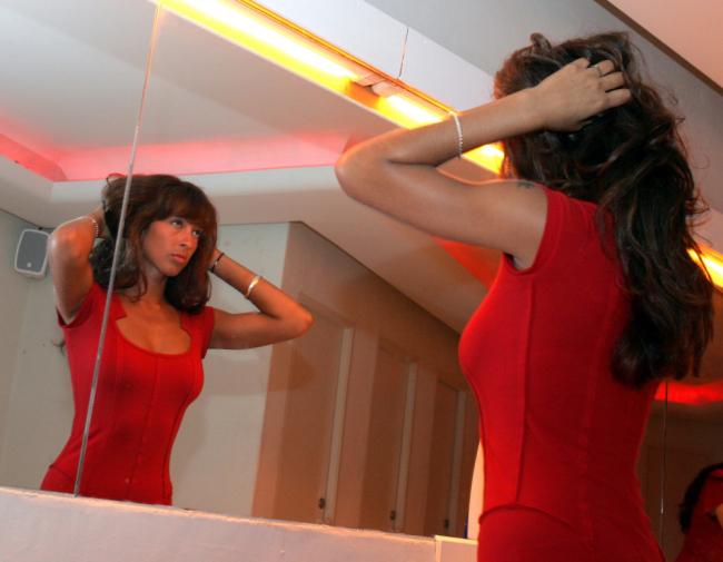 İskoç The Express Gazetesi'nin haberine göre, gece kulübünün kadınlar tuvaletinde bulunan aynaları çift taraflı olduğu ve arka taraftaki erkekler tuvaletinin aynasından kadınların izlenebildiği belirtildi...