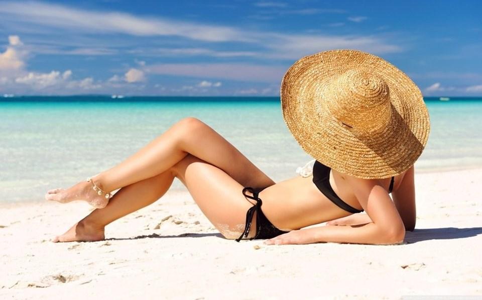 D VİTAMİNİ ZARAR VERMESİN Özellikle kemik sağlığı için büyük önem taşıyan D vitamini deride güneş ışınlarıyla birlikte sentezleniyor. Ancak sırf D vitamini sentezlemek için güneşin zararlı ışınlarına maruz kalmamak gerekiyor. Dr. Güngör'e göre, D vitaminini dışarıdan destek takviyesi ile almak daha uygun. Cildin kızarmasına izin vermeden güneş ışığı da alınabilir. Sadece ön kolların ve yüzün yaklaşık 5-10 dakika güneşte kalması D vitamini sentezi için yeterli oluyor.