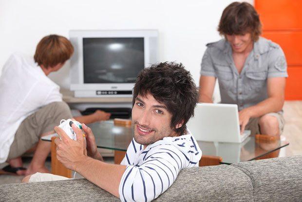 PORNO İKTİDARSIZLIĞI TETİKLİYOR Psikolog, sürekli bilgisayar başında olan erkeklerin beyinlerinin 'ödül' bölümünün farklı çalışmaya başladığının altını çiziyor: 'Bazı öğrenciler dersteyken oyunu düşündüklerini, sevgilileriyle birlikteyken de bunun yerine porno izlemeyi tercih ettiklerini söyledi. Bu durum, pornonun tetiklediği iktidarsızlık sorununa yol açıyor. Gençlerde bu nedenle iktidarsızlık problemleri yaşanıyor'.