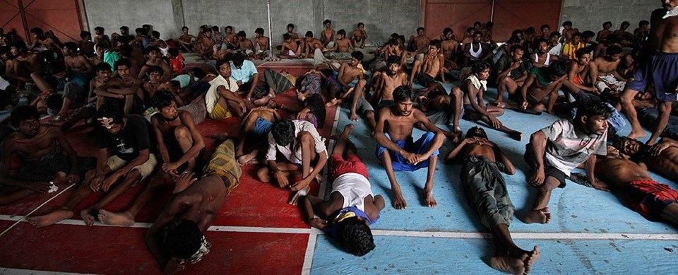 Endonezya'ya bağlı Açe bölgesinde geçtiğimiz hafta balıkçılar ve yerel halk yaklaşık 700 Bangladeşli ve Rohingya Müslümanı denizden kurtararak kamplara yerleştirdi. Açe bölgesinde kurulan kamplara yerleştirilen kaçak göçmen sayısı 1500'e ulaştı.