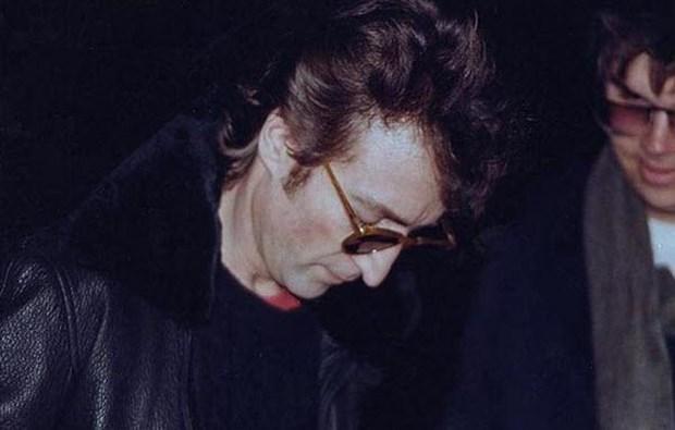 Lennon'un son fotoğrafı kendi katiliyle: 8 Aralık 1980'de Mark David Chapman, John Lennon'ı New York'taki evinin girişinde silahla vurarak öldürdü. Lennon'u ününden dolayı öldürdüğünü söyleyen Chapman, ömür boyu hapse mâhkum edildi. Chapman, cinayeti işlediği gün ünlü şarkıcının bir hayranı olarak yanına gidip 'Double Fantasy' albümünü imzalatmıştı. Bu fotoğraf da Lennon'ın son fotoğrafı oldu. Kim son fotoğrafının kendi katiliyle olmasını ister ki?