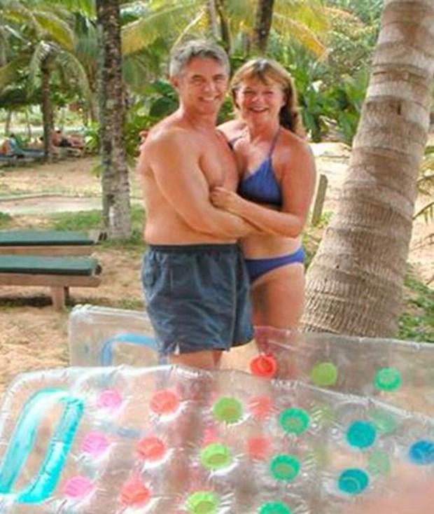 John ve Jackie Knill Tarih 26 Aralık 2004'ü gösterdiğinde Tayland için bir felaket günüydü. 8.6 büyüklüğündeki depremden hemen sonra büyük bir tsunami oluştu. Kanadalı çift John ve Jackie Knill'in cesetleri tam 17 gün sonra Tayland'da bir sahile vurdu. Onların cesetlerinin bulunmasından haftalar sonra bir adam, yakınlarda bulduğu bir fotoğraf makinesini kurcalamaya başladı.
