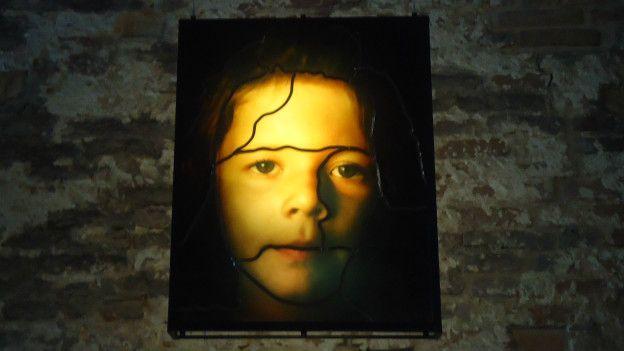 """'Kırmızılı kadın' """"Respiro"""", sergi alanının iki ucundaki neon gökkuşakları ve ortadaki arkalı önlü iki aynadan oluşuyor. Üzerlerinde çocukların parmak izleriyle renklendirdiği gezegen figürleri olan aynalar, gökkuşaklarını yansıtıyor. Sergi mekanının duvarlarını ise Sarkis'in hem binlerce yıl öncesinden hem de aktüel olaylardan, görüntülerden seçtiği 36 fotoğrafın vitray çalışmaları süslüyor. Bunlar arasında, 35 bin yıl öncesine ait mağara resimleri, Hrant Dink'in narlar önünde çekilmiş bir fotoğrafı, Afa Soyfa'daki melek figürü, Gezi Parkı eylemlerinin simgelerinden biri haline gelen """"kırmızılı kadın"""" fotoğrafı, Sarkis'in anne-babasının mezarları ve torununun görüntüsü de bulunuyor."""