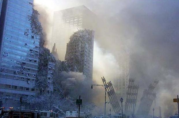 11 Eylül'ü çekmek isteyen muhabir Foto muhabir Bill Biggart, 11 Eylül 2001'de Dünya Ticaret Merkezi'ne yapılan ilk saldırıdan sonra fotoğraf çekmek için olay yerine koştu. Maalesef ikinci kulenin yıkılacağını bilmiyordu. O birinci kuledeki felaketi çekerken, ikinci kule de yıkıldı ve Biggart'ın cesedine ve kamerasına 4 gün sonra ulaşıldı. İçinde 150 fotoğraf vardı. Kameranın kaydettiği en son fotoğrafta, saat 10.28'i gösteriyordu. İkinci kule ise tam 10.30'ta yıkılmıştı.