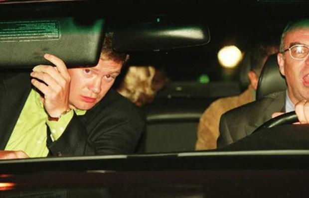 """Lady Diana'nın trajik ölümü Sadece saçları görünüyor olsa da fotoğraftaki kişinin kim olduğunu dünya biliyor. 1997'de sevgilisi Dodi Al Fayed ile Paris'teki Ritz otelinden çıkan Lady Diana, etrafını saran muhabirlerden kaçmak isterken, şoför arabanın kontrolünü kaybedip takla attı. Şoför ve Fayed olay yerinde öldü. Lady Diana ise hastaneye kaldırıldıktan bir gün sonra hayatını kaybetti. Bu kare Diana'nın son fotoğrafı olmakla kalmayıp, aynı zamanda kendi ölümünün de sebebiydi. Kazadan sonra paparazilerin fotoğraf çekmeye devam ettiğini gören ağır yaralı Lady Diana'nın """"Aman Tanrım, beni rahat bırakın"""" dediği iddia ediliyor."""