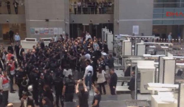 13:31 Adliyede 1 Mayıs gerginliği 1 Mayıs'taki gözaltıları protesto için Çağlayan'daki İstanbul Adalet Sarayı içinde eylem yapan bir grup avukata, polis müdahale etti. Polis, adliyenin içinde müdahale ettiği grubu kalkanlarla iterek dışarı çıkardı. Yaşanan arbede sırasında bazı eylemci avukatların yere düştüğü görüldü.