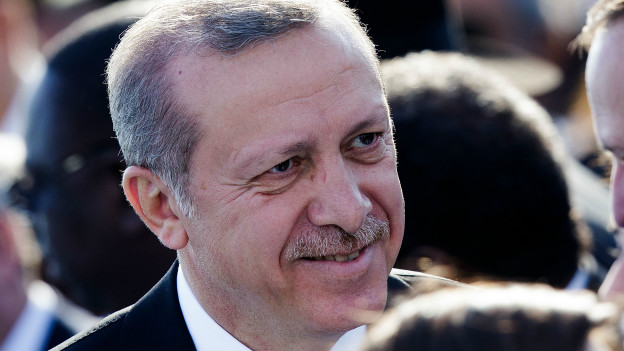 """14:19 Erdoğan Siirt'te muhalefete yanıt verdi Cumhurbaşkanı Recep Tayyip Erdoğan, toplu açılışlar için gittiği Siirt'te konuşuyor. Siirt'in siyasi hayatında ayrı bir yeri olduğunu söyleyen Erdoğan, daha önce burada okuduğu şiir nedeniyle hapse girdiğini ifade etti ve """"Bu şiiri bir daha okuyabilir miyiz? Türkiye'nin nereden nereye geldiğini bir daha hatırlayalım. Özgürlük neymiş görelim"""" dedi. CHP lideri Kemal Kılıçdaroğlu'nun """"Kuran'ı suistimal ediyor"""" eleştirisini hatırlatan Cumhurbaşkanı, """"Sayın Kılıçdaroğlu, ben Kuran'la büyüdüm, onunla yaşıyorum, Onu sen kendine söyle. Kendi şahsında Kuran'ın yerinin ne olduğu malum"""" yanıtını verdi."""