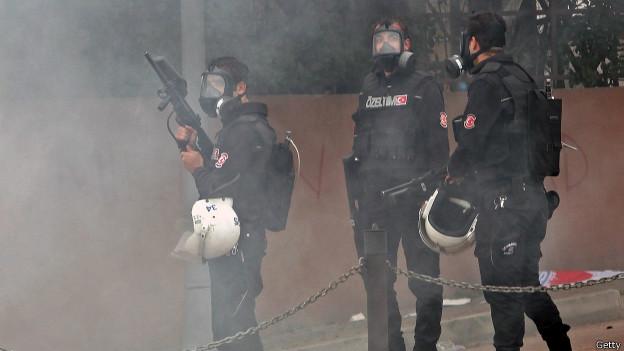 """1 Mayıs'ın 'yeni bilançosu' Radikal.com.tr'nin haberine göre 1 Mayıs'ta hukuk örgütleri tarafından oluşturulan kriz masasına göre toplam gözaltı sayısı 452 iken, Emniyet'e göre ise 399. Veriler Adalet İçin Hukukçular isimli platformun hazırladığı 1 Mayıs raporunda yer alırken, platform gözaltına alınan """"yüzlerce kişinin otobüslerde gezdirilerek dövüldüğünü, işlem yapılmadan ya da karakola götürülmeden bırakıldığını"""" söylüyor."""