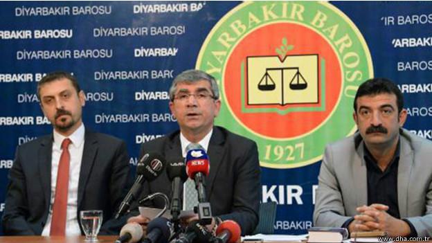 """Diyarbakır Baro Başkanı: 'Cumhurbaşkanı suç işliyor' Diyarbakır Barosu Başkanı Avukat Tahir Elçi, baro yönetim kuruluyla beraber bir basın toplantısı düzenleyerek, Cumhurbaşkanı Recep Tayyip Erdoğan'ın doğrudan meydanlara çıkarak seçim kampanyası yürüttüğünü ve Anayasayı ihlal ederek suç işlediğini iddia etti. Doğan Haber Ajansı'na göre Elçi, """"Sayın Cumhurbaşkanı milletin birliğini temsil eden tarafsız kimliğini bir yana bırakmış, siyasi partiler arasında seçim rekabetinin başladığı bir dönemde meydanlara çıkarak doğrudan taraf olmaya başlamıştır"""" dedi. Erdoğan'ın Batman ve Diyarbakır mitinglerinde Kürt sorunuyla ilgili sözlerini de eleştiren Elçi, Cumhurbaşkanı'nın """"demokratik hukuk devletinin temellerini ortadan kaldırmaya (çalıştığını) ve anayasal hükümleri ve anayasanın en önemli hükümlerini açıkça ihlal ettiğini"""" söyleyerek """"vatana ihanet suçunun"""" işlenmekte olduğunu iddia etti."""