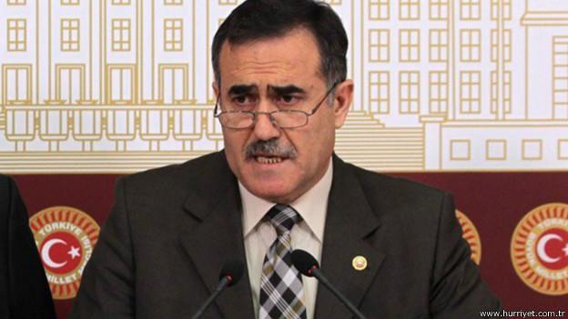 """CHP'den Erdoğan'a: """"Kur'an'la büyüyen birinin hırsızlığın haram olduğunu bilmesi gerekir"""" Cumhurbaşkanı Recep Tayyip Erdoğan bugün Siirt'te yaptığı konuşmada, """"Ben Kur'an'la büyüdüm, Kur'an'la yaşıyorum"""" sözleriyle, CHP Lideri Kemal Kılıçdaroğlu'na yönelik sert eleştirisine, CHP'nin emekli müftü milletvekili İhsan Özkes'ten yanıt geldi. Hürriyet'e konuşan Özkes, """"Recep Tayyip Erdoğan Kur'an'la büyüdüğünü, Kur'an'la yaşadığını söylüyor. Kur'an'la büyüyüp, Kur'an'la yaşadığını iddia eden birinin, Kur'an'ın hırsızlığı haram kıldığını, yolsuzluğu haram kıldığını, rüşveti haram kıldığını, kul hakkı yemeyi haram kıldığını, israfı haram kıldığını, baskıyı ve zulmü haram kıldığını bilmesi gerekmez mi? Kur'anla yaşadığını iddia eden birinin bu ilahi emirlere harfiyen uyması gerekmez mi?"""" diye konuştu."""