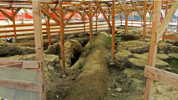 Tarihi bölgede kazıları sürdüren ekip yerin altında sadece hamamı değil, kentin Oryantal geçmişini de ortaya çıkarıyordu. O güne kadar içini dışını bildiğiniz bir şehrin yeni bir yüzle çıkması zamanda yolculuk yapmak gibiydi.