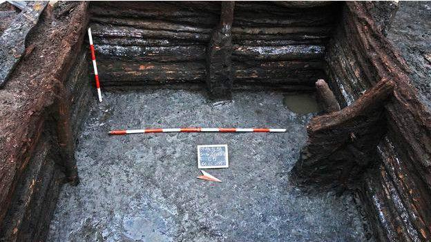 1716'da Avusturya'nın kenti ele geçirmesiyle cami kiliseye dönüştürülmüş, daha sonra da yıkılmıştı. Yerine inşa edilen yeni kilise ise eskinin tüm izlerini silmişti. Ta ki 2014 sonlarında kazılar başlayıncaya kadar. Yüzyıllar sonra caminin temelleri yeniden ortaya çıktı. Kazılarda ahşap evlerin kalıntıları, su kanalları ve cami etrafında 160 mezar da bulundu.