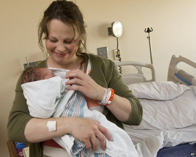 Kateri Schwandt yeni bebeği ile.