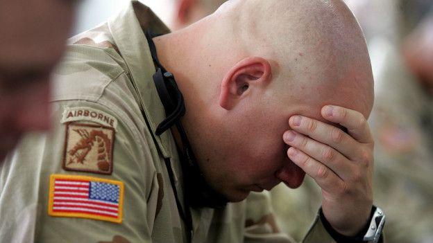 'Temsili' PTSD Travma sonrası stres bozukluğu (PTSD) çok büyük stres altında kalan bazı kişilerde de görülebiliyor. 1980'lerden itibaren, savaş cephelerinde çarpışan askerlerde daha sonraki aylarda görülen belirtiler, PTSD olarak sınıflandırılmaya başlandı. Ama travma sonrası stres bozukluğunun kimi öğelerine tarih boyunca rastlanıyordu aslında.