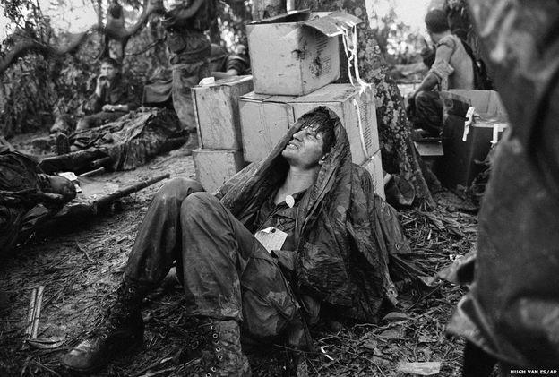Hamburger Tepesi savaşında yaralanan bir Amerikan paraşütçüsü Laos sınır yakınındaki üste hastaneye sevkedilmeyi bekliyor. (19 Mayıs 1969) Vietnam Savaşı sırasında AP'nin Saygon bürosu, 4'ü fotoğraf dalında olmak üzere, savaş haberciliğinde 6 Pulitzer Ödülü kazandı.