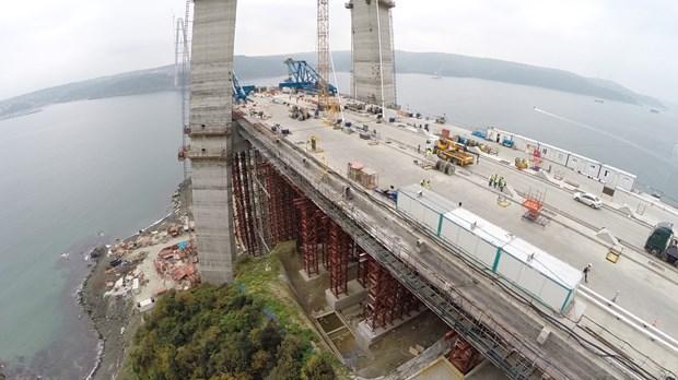 Anadolu yakasında temelden 318 metre, Avrupa yakasında ise 322 metreye ulaşan kulelerde araçların geçeceği çelik tabliyeleri taşıyacak eğik askı kablolarının da montajına başlandı. Yurt dışında imal edilen Ana kablonun ise Türkiye'ye getirilerek geçici depolama alanına yerleştirildiği belirtildi. Öte yandan Proje kapsamında bugüne kadar, 102 adet menfez, 6 adet altgeçit ve 1 adet üstgeçit inşaatının da tamamlandığı, 31 viyadük, 20 altgeçit, 29 üstgeçit ve 35 menfezde betonarme inşaatların sürdüğü öğrenildi.