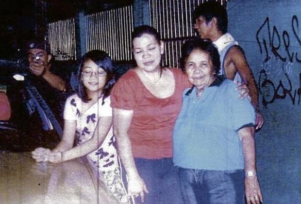 Reynaldo Dagsa Suikasti Filipinli politikacı Reynaldo Dagsa, 2011 yılbaşı gecesi ailesinin sokakta bir fotoğrafını çekmek istedi. Deklanşöre basar basmaz, karşısındaki katil de tetiğe bastı. 35 yaşında hayatını kaybeden Dagsa'nın ailesi ise, o anda katilin hemen arkalarında olduğunu bilmeden ve olacaklardan habersiz objektife gülümsüyordu. Katilin Michael Gonzales adında bir hırsız olduğu ve Dagsa'nın talimatıyla tutuklandığı için intikam amacıyla cinayeti işlediği ortaya çıktı. Olayın sıradan bir politikacı cinayetinden çıkıp, günlerce dünya medyasında yer alması ise yine bu fotoğraf sayesindeydi.