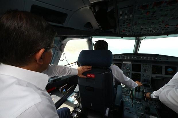 """Başbakan Ahmet Davutoğlu, özel uçak """"ANA""""nın kokpit camından Ordu-Giresun Havalimanı'nı inceledi."""
