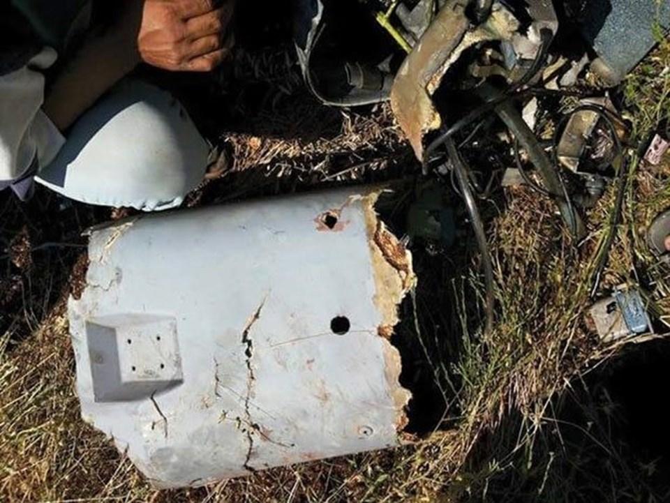SURİYE TARAFINDAN FOTOĞRAFLARI GELDİ Düşürülen araçla ilgili farklı açıklamalar yapılırken, bu sabah saatlerinde Türk F-16'ları tarafından düşürülen ve Suriye topraklarına düşen hava aracının enkaz fotoğrafları Türk tarafına ulaştı. Fotoğraflarda aracın İHA olduğu görülürken, Hatay'ın Altınözü İlçesi'nin karşısında muhaliflerin kontrolündeki İdlib İli'ne bağlı Cisr Eş Şuğur Kasabası'nın yakınındaki El Hammam Köyü'nün kırsalına ve sınırımıza yaklaşık 4 kilometre kadar uzağa düştüğü bildirildi. Enkaz bölgesinde herhangibir ceset ya da kan izine de rastlanmadığı ifade edildi.