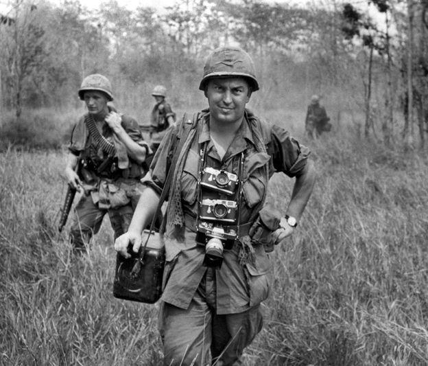 """Ünlü savaş foto muhabiri Horst Faas, Vietnam Savaşı'nın en yoğun olduğu dönemde AP'nin Saygon fotoğraf şefiydi. 2007'de BBC'ye verdiği demeçte, Faas, yaptığı işi yalın bir dille anlatmıştı: """"Her gün gazetelerde yer almaya, muhalifleri daha iyi fotoğraflarla yenmeye çalışıyordum. Muhteşem bir iş çıkarma peşinde değildim. Fotoğraflar talep ediliyor, kullanılıyor, yayımlanıyordu. Zira Vietnam, yıllar boyunca, ilk sayfalarda haber oldu."""""""
