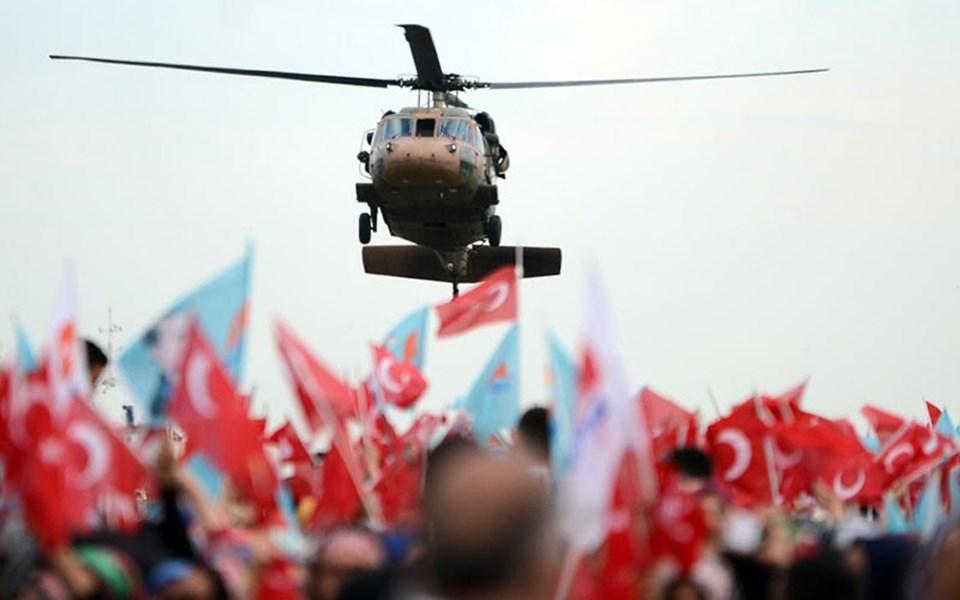 """ÇİÇEK: """"KARANLIK BİR ÇAĞ KAPANDI"""" TBMM Başkanı Cemil Çiçek, İstanbul'un fethiyle 562 yıl önce karanlık bir çağın kapandığını belirterek, """"İlme, ilmi düşünceye, insani değerlere açılan bir kapı var. Yeni bir çağ açıldı. Eğer bu kapı açılmasıydı, bu çağ açılmasaydı, bugün insanlar, insanlığın uğruna mücadele verdiği değerlerin önemli bir kısımını kazanamamış olacaktı"""" dedi."""
