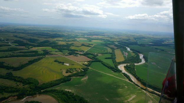 Kuzey Oklahoma'ya, oradan Kansas'a doğru uçarken aşağıdaki tarlaları, tepeleri, yolları, tarlalardaki petrol kuyularını gördük.