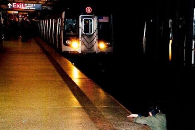 Ölüm geliyor! Ki-Suk Han, 58 yaşında bir eş ve babaydı. 2012'de metro istasyonunda evsiz Naeem Davis ile kavga etti. Han, ne yaptıysa evsizi sakinleştirmeyi başaramadı ve Davis adamı raylara itti. Han, feci şekilde can verdi. Bu fotoğraf hem ailesi hem de tüm insanlık için trajik bir olay olarak tarihe geçti. Fotoğrafçının, adamı kurtarmak yerine neden bu kareyi çektiği ise medyada günlerce tartışıldı.