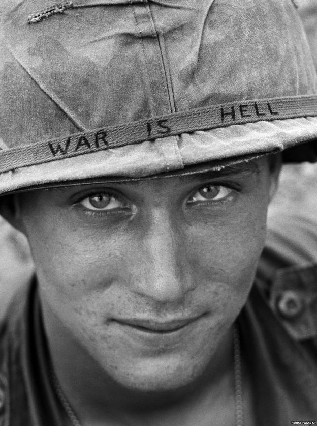 """Vietnam'da 60 bine yakın Amerikan askeri öldü, 300 binden fazla asker de yaralandı. Vietnamlıların kayıplarıysa çok daha büyük oldu. Savaşta yarım milyonu aşkın Vietnamlının öldüğü, milyonlarca insanın da yaralandığı tahmin ediliyor. Bu fotoğrafta adı belirtilmeyen bir Amerikan askerinin miğferine elle yazdığı """"Savaş Cehennemdir"""" sloganı okunuyor. (Haziran 1965)"""