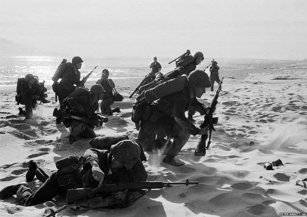 Da Nang'daki Kızıl Plaj'a yeni çıkarma yapan Amerikan deniz piyadelerinin fotoğrafı 10 Nisan 1965 tarihli. Güney Viettnam güçleri plajın çok yakınlarında çarpışırken, Amerikan birlikleri bölgedeki hava üssünü takviye etmeye gidiyordu.