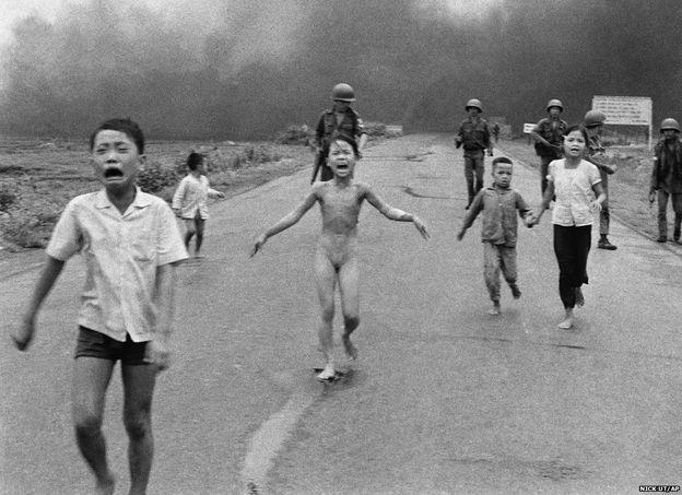 Bir diğer efsanevi görüntü de, Nick Ut'un çektiği, bir napalm saldırısından sonra çıplak halde ve dehşet içinde yolda koşmaya başlayan 9 yaşındaki Phan Thi Kim Phuc'un fotoğrafıydı. Bu fotoğraf tüm Vietnam Savaşı'nın simgelerinden biri oldu.