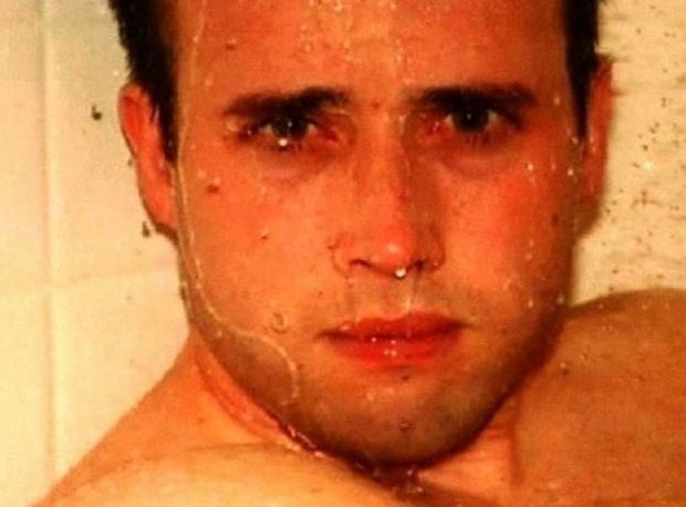 Alexander'in duştaki ölümü Travis Alexander (30), eski kız arkadaşı Jodi Arias tarafından vahşice öldürülmeden önce duş alıyordu. Arias, bu fotoğrafı çektikten hemen sonra Travis'i 27 kez bıçakladı, boğazını kesti ve bu da yetmemiş gibi en son silahla kafasından vurarak öldürdü. Travis'ten geriye kalan ise gözlerindeki soru işaretini ve dehşeti gösteren bu fotoğraf kaldı.