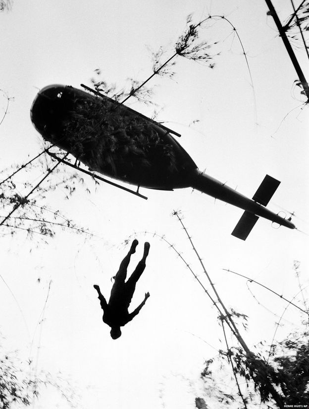 1960'lar ve 70'lerde Saygon bürosu en deneyimli foto muhabirlerinden bir grup oluşturdu. Bu grupta Malcolm Browne, Nick Ut, Eddie Adams, Hugh van Es, Dang van Phuoc ve Fransız-Vietnamlı foto muhabiri Henri Huet de yer alıyordu. Huet, 1966'da çektiği bu fotoğrafta Kamboçya sınırı yakınlarındaki sık ormanlık arazide savaşırken öldürülen bir Amerikalı paraşütçünün cesedinin tahliye helikopteriyle yukarı çekilmesini görüntülemişti. (14 Mayıs 1966)