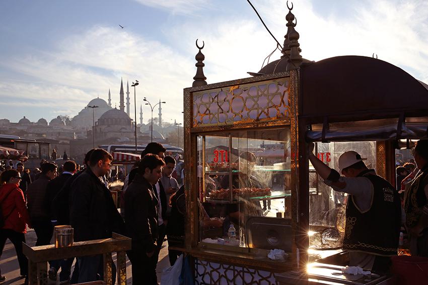 Mimar Sinan, eserlerinin yaklaşık yüzde 75'ini İstanbul'da inşa etti. Bir semte düşen eser sayısı yer yer o kadar fazla olabiliyor ki, sıradan bir günde karnını doyuran veya otobüs bekleyen insanlar kafalarını kaldırdıklarında Sinan'ın birkaç eserini birden görebiliyor. [Fotoğraf: Dinçer Dinç]