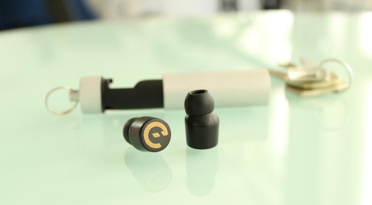 Earin Topladığı fon ($): 1,494,876 Tek şarjla üç saat kullanılan tamamen kablosuz kulaklıklar, yardımcı şarjı sayeisnde cebinizde şarj oluyor. Proje Temmuz 2014'te fonlandı.