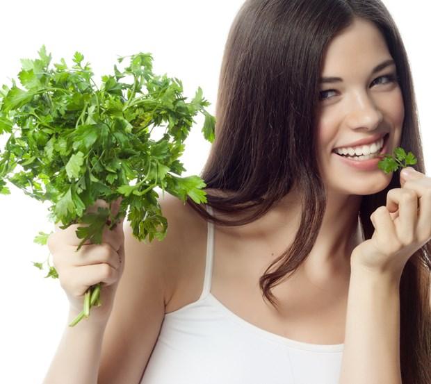 3. Etli veya kıymalı ana yemeklerin yanına maydanoz, roka, nane ve kıvırcık gibi yeşillikler ekleyin.