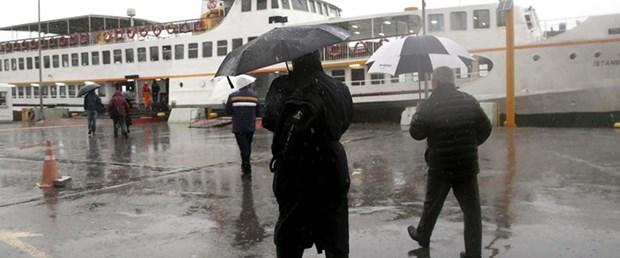 İstanbul'da son günlerde yüzünü gösteren güneşli günler, bugünden itibaren yerini gökgürültülü yağışa bırakacak. Meteoroloji Genel Müdürlüğü , İstanbul için 20 Mayıs Çarşamba günü öğleden sonrası için gökgürültülü yağış uyarısında bulundu. Gece boyu sürecek yağış, 21 Mayıs Perşembe günü, yerini çok bulutlu havaya bırakacak.  22 Mayıs Cuma gününden 24 Mayıs Pazar gününe kadar ise az bulutlu havanın hakim olması bekleniyor.