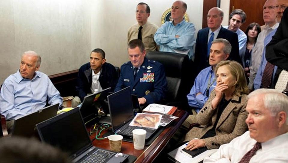 ABD Başkanı Barack Obama ve dönemin Dışişleri Bakanı Hillary Clinton, Bin Ladin'in öldürüldüğü operasyonu bu şekilde izlemişlerdi.  Bu konuda uzun bir yazı kaleme alan ve kitap da yazdığı bildirilen Hersh'e göre, Bin Ladin 2006'dan beri Pakistan'da tutsaktı. Pakistan istihbaratı Afgan muhbirlerle Bin Ladin'i yakalamıştı ve Taliban ile El Kaide'ye karşı koz olarak tutuyordu. Yatalak olan Bin Ladin, Abbotabat'taki özel evde ailesi ve çocuklarıyla yaşıyordu ve El Kaide'yi yönetemeyecek kadar izole edilmişti.