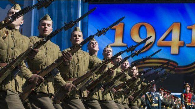 Törenlere Rusya genelindeki tüm birliklerden askerler katılıyor. Bazı askerlerin törene ikinci dünya savaşı kıyafetiyle katıldığı görüldü.