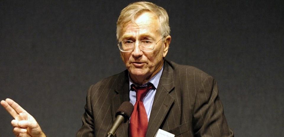 ABD'li muhalif gazeteci Seymour Hersh, Bin Ladin'i Pakistan'ın ABD'ye teslim ettiğini ileri sürdü.  Hersh ABD'nin Irak'ı işgali sırasında Ebu Garip Hapishanesi'nde Amerikan askerlerinin Iraklı mahkumlara yönelik sistematik iikencelerini en ufak ayrıntısına kadar haberleştirmişti. Haberlerinde özellikle ABD yönetimlerine ve CIA'in gizli operasyonlarına odaklanan Hersh, Pulitzer Ödülü'nün yanısıra yine gazetecilik açısından son derece prestijli George Polk ödülünü de beş kez kazanmayı başarmıştı.
