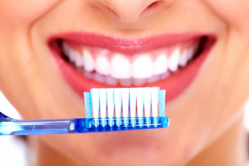 2) Dengeli beslenme ağız ve diş sağlığı açısından oldukça önemlidir. Beslenmede ilk prensip vücut için gerekli her türlü protein vitamin, mineral , karbonhidrat gibi tüm besinlerin dengeli bir şekilde alınmasıdır. Bu dengeyi bozacak her türlü alışkanlık genel sağlığı nasıl olumsuz etkiliyor ise diş sağlığını da olumsuz etkileyecektir. 3) Fındık, ceviz gibi sert besinler dişlerle kırılmamalıdır. 4) Havuç, elma gibi lifli ve çok sert besinleri yemek bir nevi diş fırçası görevi  üstlenerek, dişleri temizler ve güçlendirir. 5) Şeker, çikolata, lokum gibi gıdalardan sonra dişlerin özellikle fırçalanması veya bol su ile çalkalanması gerekmektedir. 6) Özellikle çocukluk çağında dişlerin çıkması ile birlikte azı dişlere fissür örtücü uygulanması çürükleri önlemektedir. 7) Şekersiz sakız çiğnemek dişlerin temizlenmesine yardımcı olur. 8) Asitli içecekler yerine doğal meyve suları veya maden suları tercih edilmelidir. 9) Düzenli diş hekimine giderek, belirli aralıklar ile panoramik röntgen çektirerek çürük kontrolü yapılmalıdır. 10) Flor uygulaması ile dişler güçlendirilmelidir.